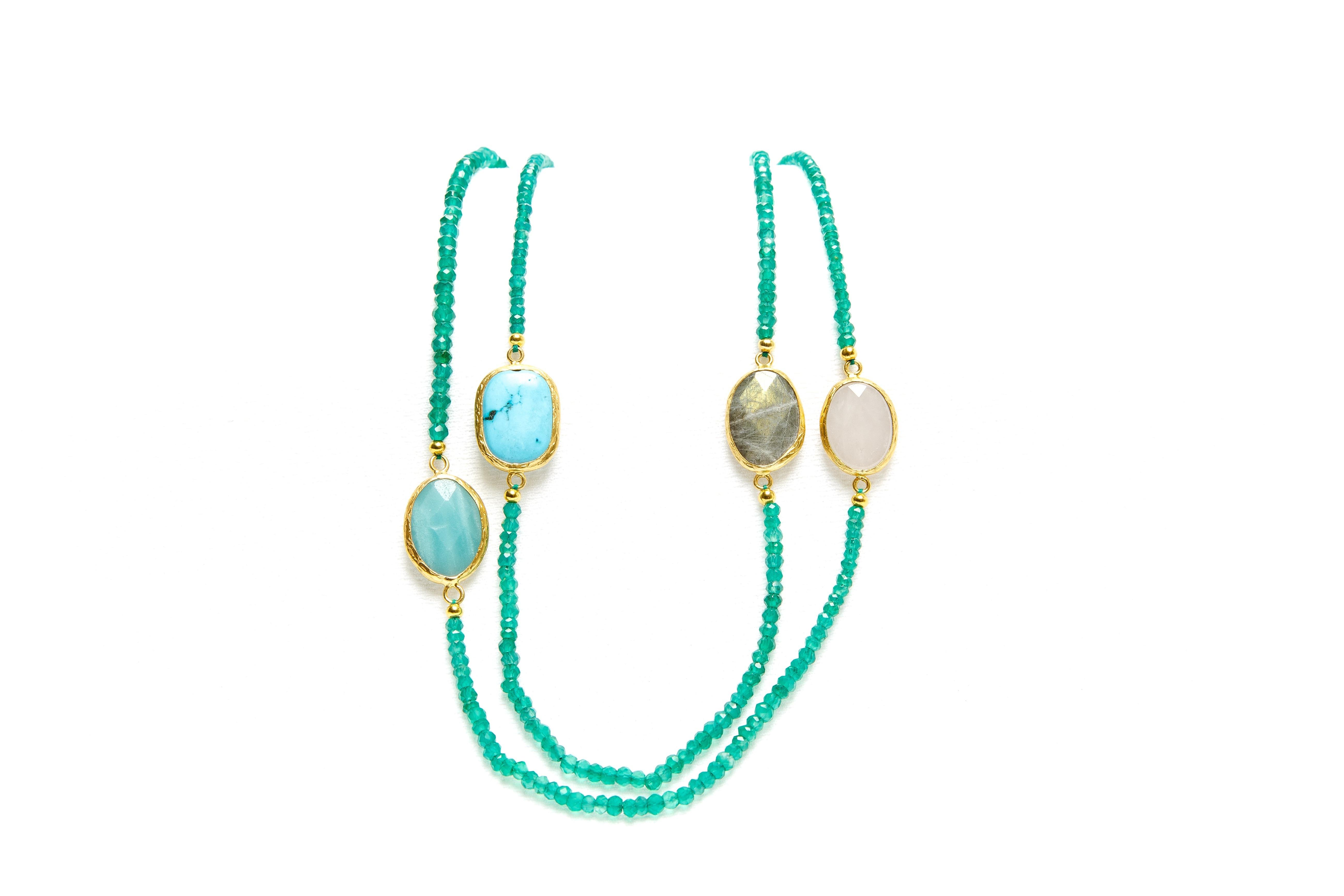 Lange grüne Perlenkette mit Puscheln 1,40 cm
